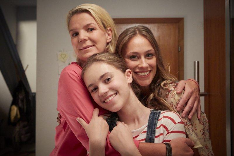 Marie (Laurena Marisol Lehrich) bittet Eva (Mirja Boes, l.) und Toni (Sina Tkotsch, r.) um die Erlaubnis für eine Pyjama-Party. – Bild: RTL