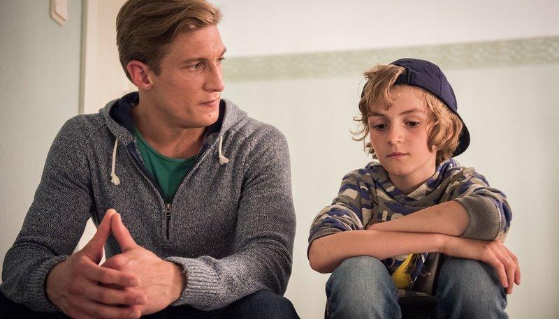 Zeit für ein Männergespräch: Marek (Martin Walde, l) hat Besuch von seinem Sohn Yannik (Mats Nohl) aus Berlin. – Bild: WDR/Steven Mahner