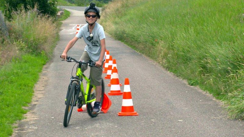 """In Zeiten von Corona boomt der Fahrradmarkt. Einer der größten Hersteller ist mittlerweile Decathlon, auch Kinderräder gibt es hier für kleines Geld. Doch wie gut sind die Räder? Drohen gefährliche Qualitätsmängel? """"Marktcheck"""" prüft Decathlon-Räder auf Fahrtüchtigkeit und Sicherheit. – Bild: SWR"""