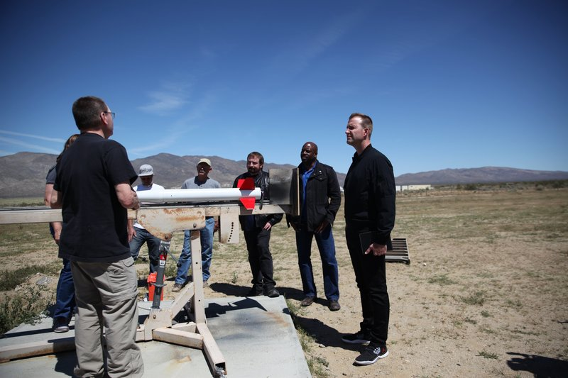 The cast while the rocket test is prepared. – Bild: Discovery Communications, LLC