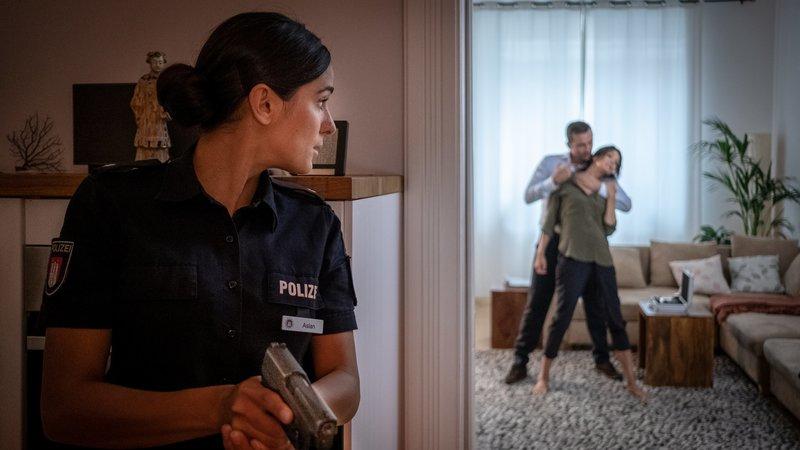 Pinars (Aybi Era, l.) erster Einsatz im PK 21 hat es in sich: Sie muss Dr. Jonas (Gerit Kling) aus der Gewalt ihres Stalkers befreien. – Bild: ZDF und Boris Laewen (bola).