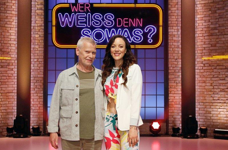 """Treten bei """"Wer weiß denn sowas?"""" als Kandidaten gegeneinander an: Musiker Achim Reichel (l.) und die Schauspielerin und Sängerin Jasmin Wagner (r.). – Bild: ARD/Morris Mac Matzen"""