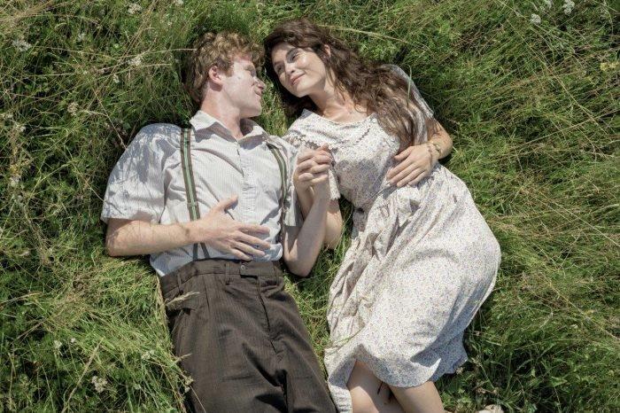 Young Leo (Mark Rendall), Alma Mereminski (Gemma Arterton) – Bild: Prokino