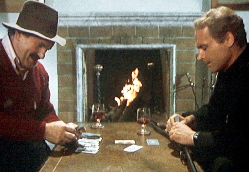 Don Camillo (Terence Hill, re.) und Peppone (Colin Blakely) spielen mit gezinkten Karten. – Bild: WDR