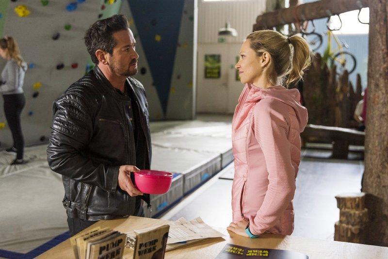 Lena (Birte Glang) spricht mit Marian (Sam Eisenstein) über die Zwickmühle, in der sie sich befindet: Soll sie Isabelles Angebot, Geschäftsführerin im Pumpwerk zu werden, annehmen? – Bild: RTL Passion