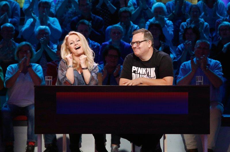 Rateteam-Kapitän Elton (l.) und die Sängerin Nicole (l.) bilden ein Rateteam. – Bild: ARD/Morris Mac Matzen
