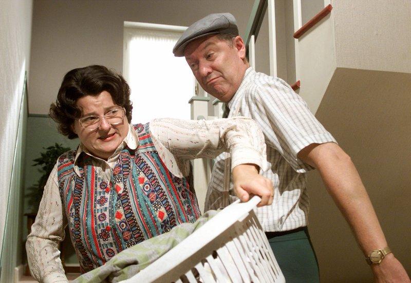 Dicke Luft bei den Beckers: Heinz (Gerd Dudenhöffer) und Hilde (Sabine Urig) versuchen, sich aus dem Weg zu gehen. – Bild: SWR/WDR/Diane Krüger
