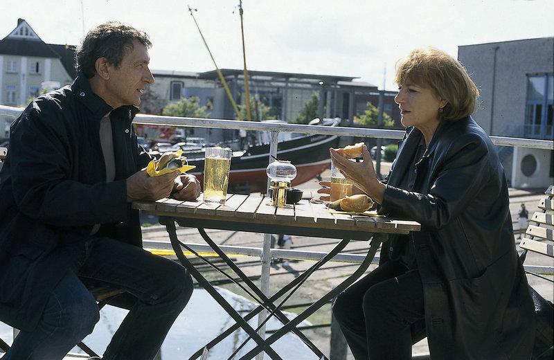 Es gibt einiges zu besprechen: Simon (Rudolf Kowalski) glaubt, dass seine Freundin Bella (Hannelore Hoger) eine Affäre hat. – Bild: ZDF und Manju Sawhney