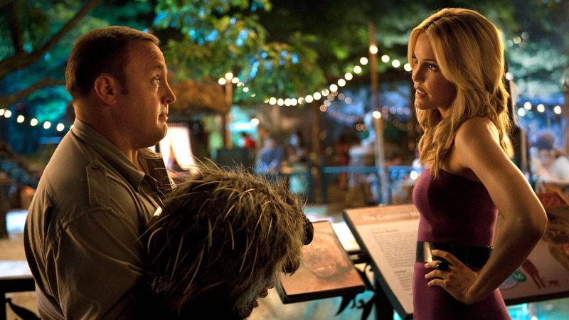 Griffin (Kevin James, li.) versucht die attraktive Stephanie (Leslie Bibb) von sich zu überzeugen. – Bild: ZOOKEEPER