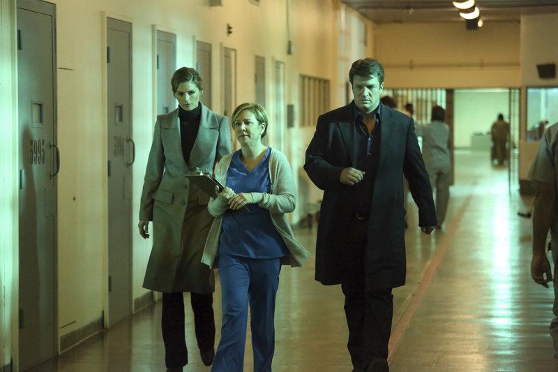 L-R: Kate Beckett (Stana Katic), nurse Lockhart (Romy Rosemont), Richard Castle (Nathan Fillion) – Bild: Universal Channel