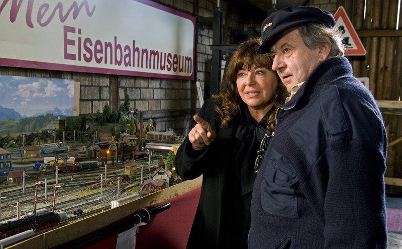 Man muss ja irgendwie im alten Bahnhof zusammenleben. Also versucht Helene (Gundi Ellert), mit Arthur (André Jung) auszukommen. Zum Beispiel, indem sie seine alten Eisenbahnen gebührend bewundert. – Bild: SWR/Maria Wiesler