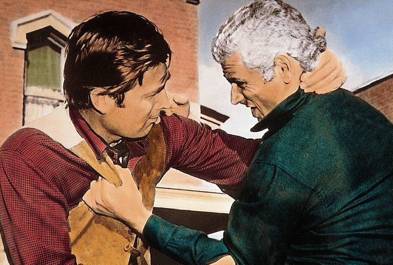 Der entflohene Haeftling Bleeker (Fess Parker, li.) soll helfen, den Guerilla-Fuehrer Darcy (Jeff Chandler, re.) dingfest zu machen. – Bild: Blizz