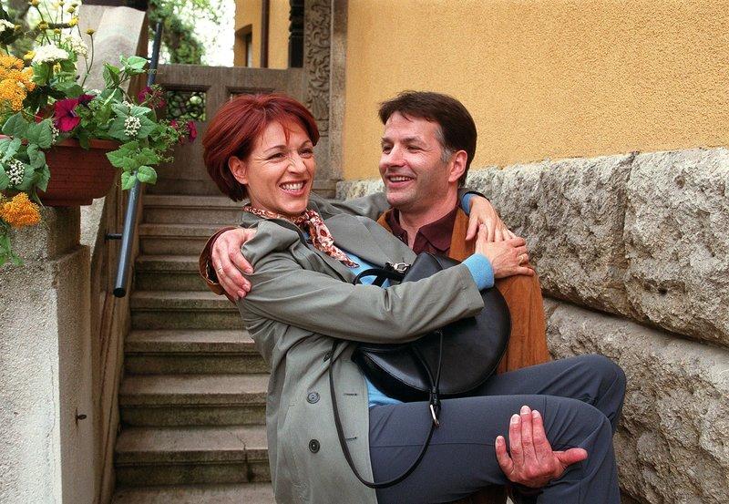 Roland Heilmann (Thomas Rühmann) sagt Pia Heilmann (Hendrikje Fitz), daß sie in die Villa Kreutzer ziehen. – Bild: MDR/Laue