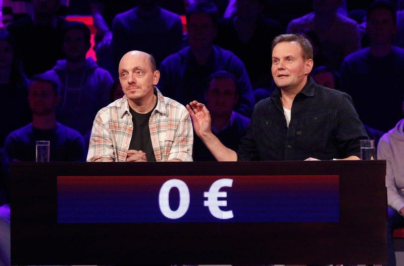 Rateteam-Kapitän Bernhard Hoëcker (l.) und der Schauspieler Devid Striesow (r.) bilden ein Rateteam. – Bild: ARD/Morris Mac Matzen