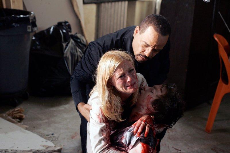 Odafin 'Fin' Tutuola (Ice-T) versucht zu Trösten: Dana Kelley (Teri Polo) findet ihren erstochenen Sohn Eric Byers (Marshall Allman). – Bild: VOX / Universal