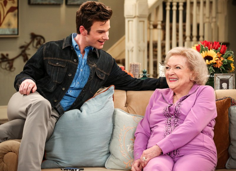 Chris Colfer (Tony Chase), Betty White (Elka Ostrovsky). – Bild: One
