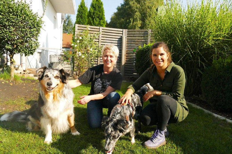 Alexandra hat einen großen Garten für Fynn und Lia. Denn Australian Shepherds brauchen viel Auslauf. – Bild: BR/TEXT + BILD Medienproduktion GmbH & Co. KG