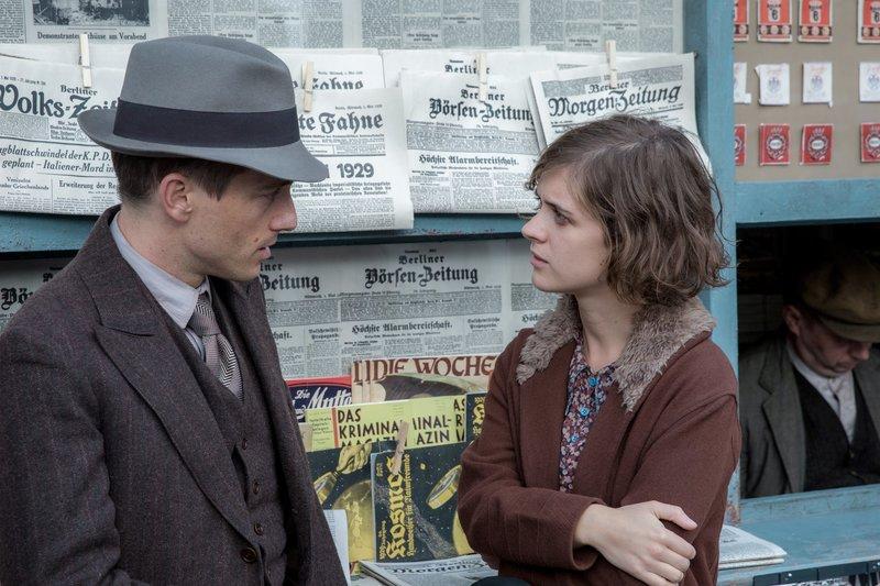 Charlotte Ritter (Liv Lisa Fries) und Gereon Rath (Volker Bruch) beratschlagen sich. – Bild: ORF eins