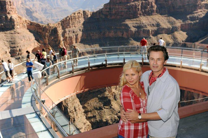 Manuela und Marcus sind fasziniert von dem Ausflug zum Grand Canyon. (Jessica Boehrs, Timothy Peach) Honorarfrei - nur fŸr diese Sendung bei Nennung ZDF und Dirk Bartling – Bild: ZDF und Dirk Bartling / Dirk Bartling / ZDF