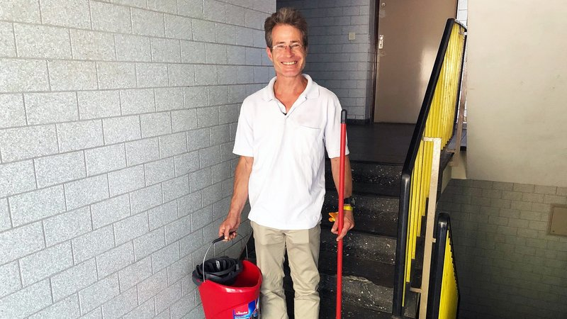 Elmar (47) ist ein Opfer der in Ballungsgebieten grassierenden Wohnungsnot. Obwohl er Vollzeit arbeitet, findet der Gebäudereiniger keine Wohnung.Elmar (47) ist ein Opfer der in Ballungsgebieten grassierenden Wohnungsnot. Obwohl er Vollzeit arbeitet, findet der Gebäudereiniger keine Wohnung. – Bild: RTL II