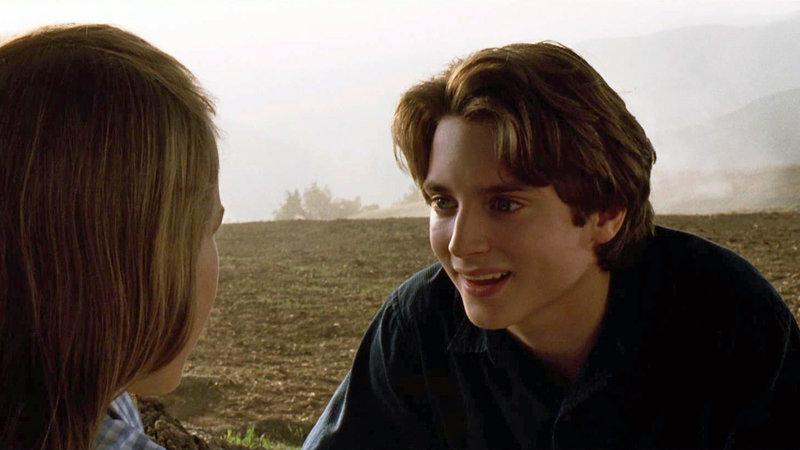 Leo Biederman (Elijah Wood) hat den Meteor entdeckt..Leo Biederman (Elijah Wood) hat den Meteor entdeckt.. – Bild: RTL Zwei