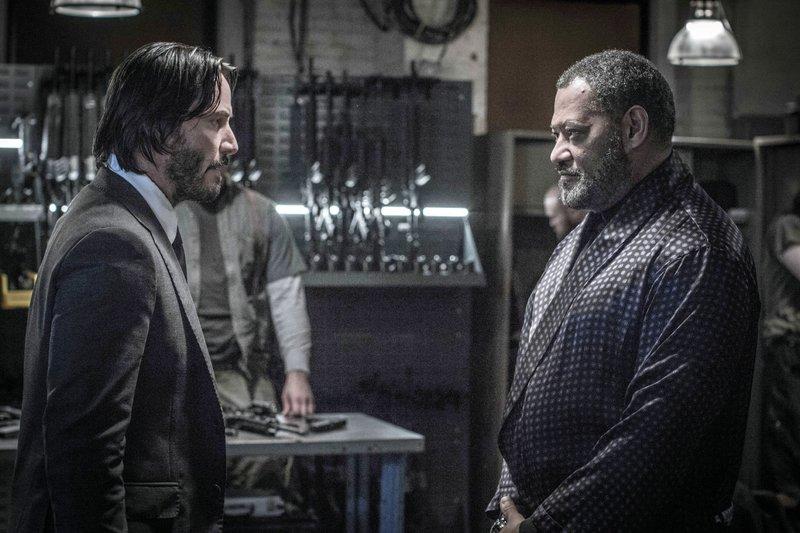 Erschöpft und verletzt nimmt John Wick (Keanu Reeves, l.) die Hilfe des Unterwelt-Bosses Bowery King (Laurence Fishburne) an, dem ein Netzwerk von Bettlern in ganz New York untersteht. – Bild: RTL