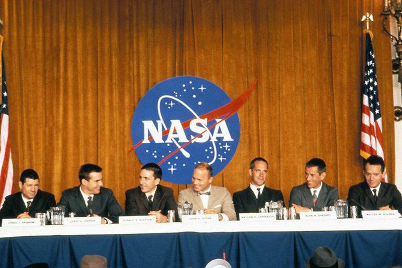 """Auf einer PK stellt die NASA die sieben Piloten des Mercury-Programms vor (v.l.): Gus Grissom (Fred Ward), Gordon Cooper (Dennis Quaid), Deke Slayton (Scott Paulin), John Glenn (Ed Harris), Al Shepard (Scott Glenn), Wally Schirra (Lance Henriksen). – Bild: ARTE France Honorarfreie Verwendung nur im Zusammenhang mit genannter Sendung und bei folgender Nennung """"Bild: Sendeanstalt/Copyright"""". Andere Verwendungen nur nach vorheriger Absprache: ARTE-Bildreda"""