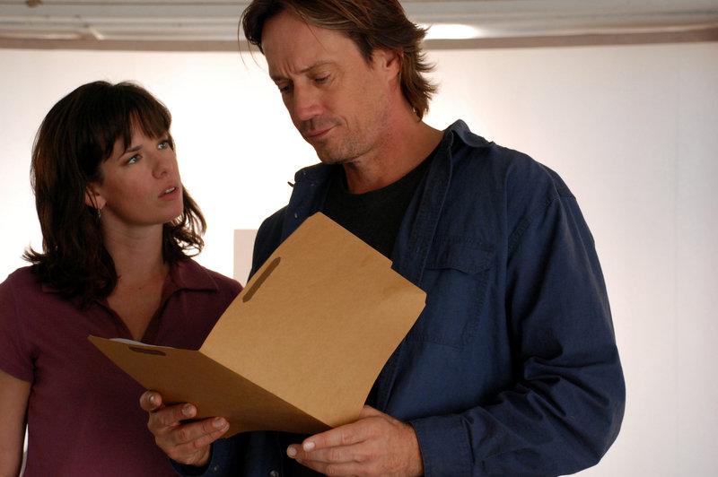 Jake Denning (Kevin Sorbo) und Karen Watkins (Maeghan Albach) untersuchen die Gründe für die Katastrophe.. – Bild: RTL II