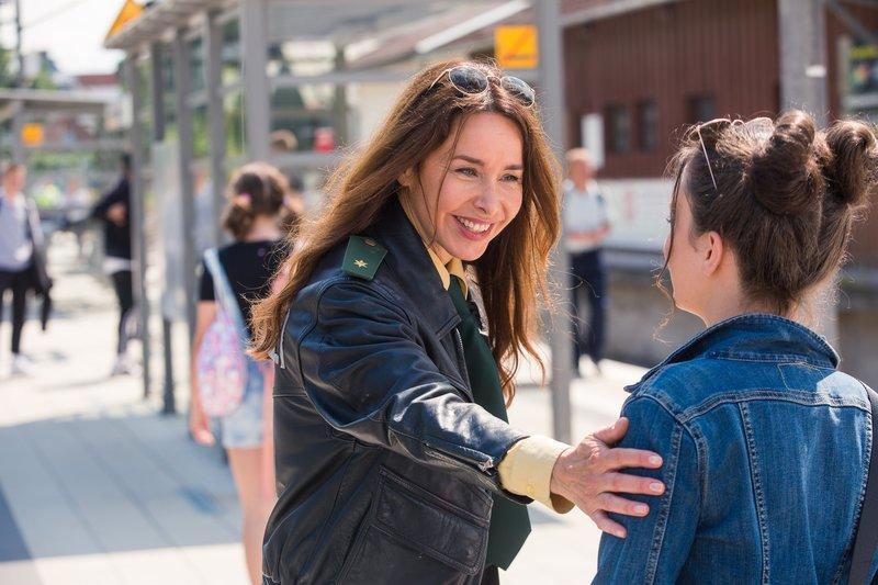 Sabine Kaiser (Katharina Müller-Elmau, l.) begrüßt ihre Nichte Vanessa (Olivia Müller-Elmau, r.). – Bild: TMG / Kai Neunert