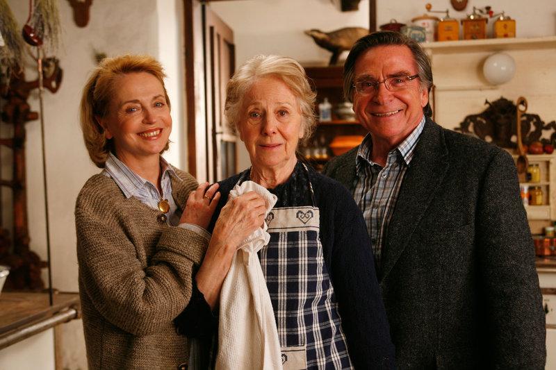 Gisela Schneeberger (Walli Gräfin von Felsen-Hepp), Bibiana Zeller (Rosemarie), Elmar Wepper (Wendel Overmann). – Bild: ORF