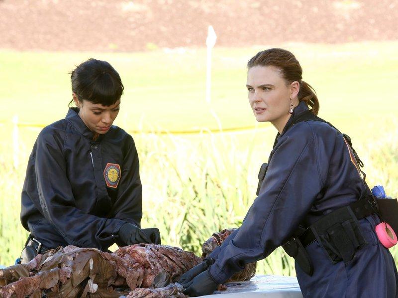 Cam (Tamara Taylor, l.) und Brennan (Emily Deschanel) untersuchen die Leiche der jungen Enthüllungs-Journalistin Vivian Price. – Bild: RTL / FOX