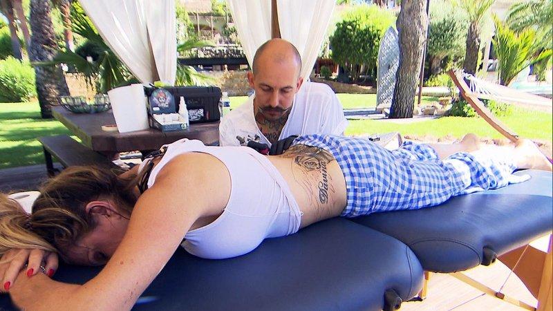 Unter Hypnose lässt sich Carmen von Manuel ein frisches Cover-Up tätowieren – Bild: RTL II