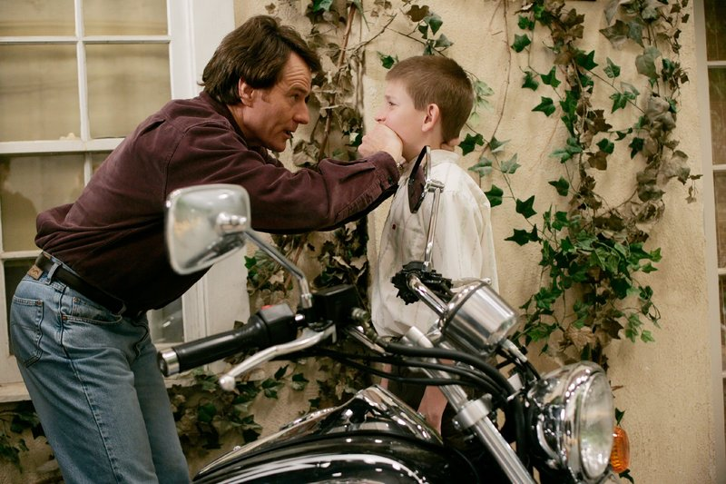 Hal (Bryan Cranston, l.) und Dewey (Eric Per Sullivan) – Bild: TVNOW / © 2004-2005 Fox and its related entities.