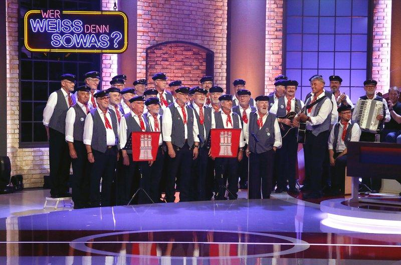 """""""Special Guests"""" bei """"Wer weiß denn sowas?"""": Der Shanty-Chor """"De Tampentrekker"""", bekannt aus der TV-Sendung """"Inas Nacht"""". – Bild: ARD/Morris Mac Matzen"""
