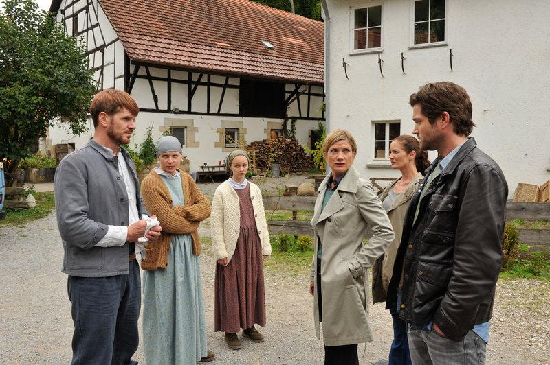 Tobias Herschel (Roger Ditter, l.), Maria Tesche (Anne Müller, 2.v.l.), Tabea Tesche (Mathilde Bundschuh, 3.v.l.), Martina Seiffert (Astrid M. Fünderich, 3.v.r.), Selma Kirsch (Yve Burbach, 2.v.r.) und Jo Stoll (Peter Ketnath, r.). – Bild: ZDF und © ZDF/Bavaria Fernsehproduktion/Markus Fenchel