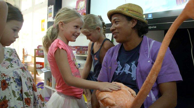 Die Tierärztin Odette Doest gibt Kindern mit Flamingo Bob lebhaften Unterricht über Wildvögel, damit sie sich über die Bedeutung von Umweltschutz bewusst werden. – Bild: SWR