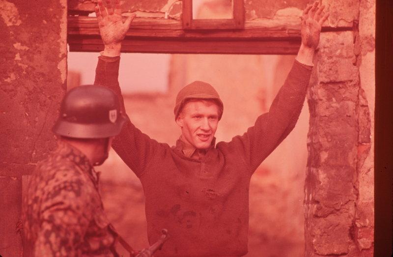Im Winter 1944/45 gerät der naive US-Soldat Billy Pilgrim (Michael Sacks) in deutsche Kriegsgefangenschaft. Er wird in einen Kellerraum eines stillgelegten Schlachthofs in Dresden eingesperrt, während tausend amerikanische und britische Bomber am 13./14. Februar 1945 die Stadt zerstören ... – Bild: 1972 Universal Pictures. All Rights Reserved. Lizenzbild frei