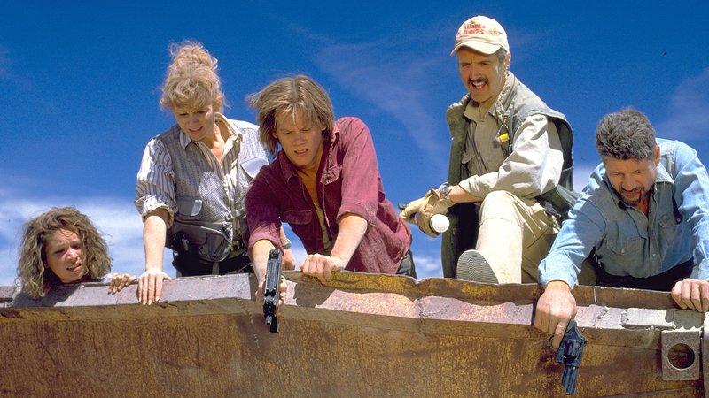 Monströse Würmer terrorisieren die Einwohner eines verschlafenen Nests mitten in der Wüste Nevadas. Weil an Flucht nicht zu denken ist, nehmen zwei Lebenskünstler den Kampf gegen die Bestien auf.. (Foto,v.l.n.r.: Finn Carter, Reba McIntire, Kevin Bacon, Michael Gross und Fred Ward)Monströse WĂĽrmer terrorisieren die Einwohner eines verschlafenen Nests mitten in der WĂĽste Nevadas. Weil an Flucht nicht zu denken ist, nehmen zwei LebenskĂĽnstler den Kampf gegen die Bestien auf.. (Foto,v.l.n.r.: Finn Carter, Reba McIntire, Kevin Bacon, Michael Gross und Fred Ward) – Bild: RTL II
