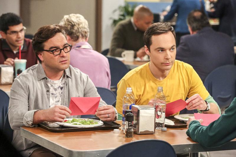 """""""The Big Bang Theory"""", """"Der Hüpfburg-Enthusiasmus."""" Sheldon will dieses Jahr Amy eine besondere Geburtstagsüberraschung ausrichten. Er plant eine Feier ganz nach ihrer Lieblingsserie 'Unsere kleine Farm'. Inzwischen spitzt sich aber auch der Konflikt zwischen Raj und Howard weiter zu. Als Howard Raj nicht zu Halleys Geburtstagsparty einladen will und das obwohl Raj ihr Patenonkel ist. Und Leonard erhält die jährliche Weihnachtskarte von seinem Bruder, was ihn sehr zum Nachdenken bringt.Im Bild (v.li.): Johnny Galecki (Leonard Hofstadter), Jim Parsons (Sheldon Cooper). – Bild: ORF eins"""