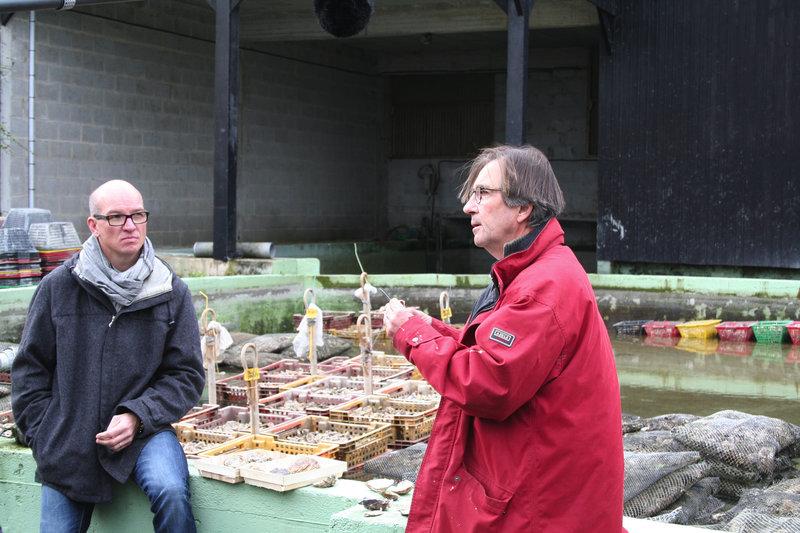 Der bretonische Meisterkoch Olivier Roellinger beim Austernkauf in Cancale – Bild: ARTE France