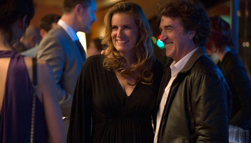 Ist seit 15 Jahren glücklich verheiratet: Pierre (François Cluzet) mit der attraktiven Anne (Lisa Azuelos). – Bild: ARD Degeto/Roger Do Minh