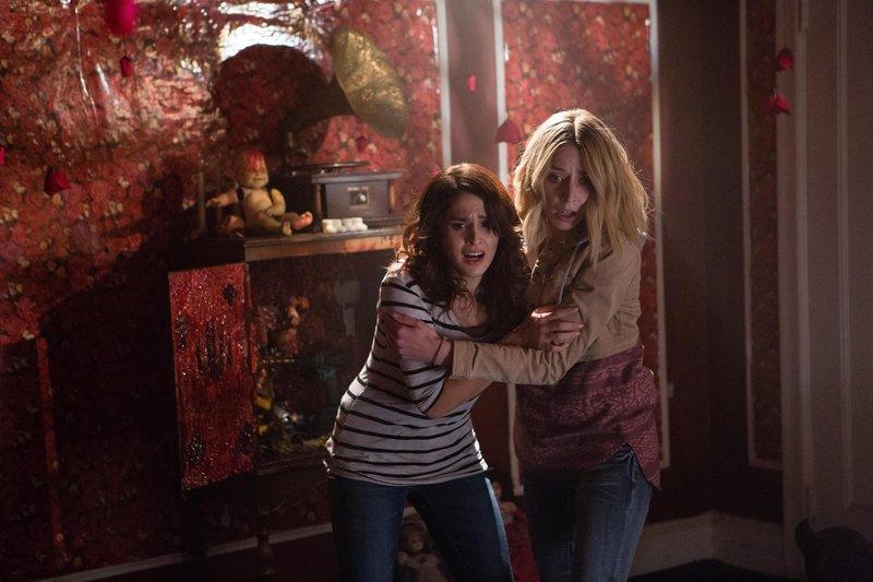 Jessica (Liz Fenning,r.) und Amy (Francesca Santoro) stellen fest, dass in dem Haus des Mörders sehr viel mehr Geister auf ihren ewigen Frieden warten als sie geahnt hatten. – Bild: Smart Media