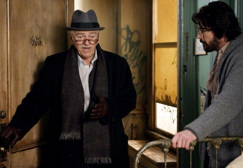 Harry (Dylan McDermott, re.) will sich von seinem Vermieter Levenspiel (Seymour Cassell) nicht aus seiner Wohnung vertreiben lassen. – Bild: ZDF und ARD Degeto