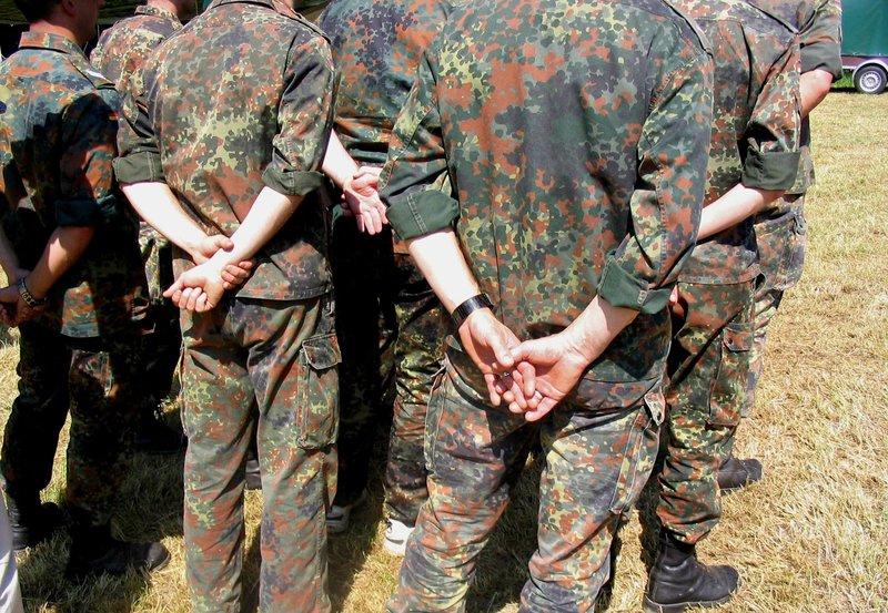 Schwule Uniform-Fetischisten auf Manöver. – Bild: NDR/Rosa von Praunheim