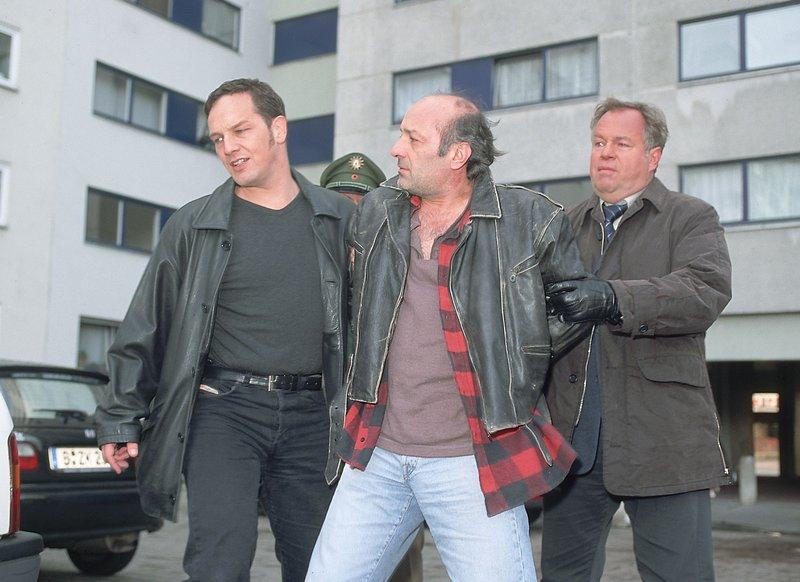 Die Kommissare Bongartz (Max Gertsch, li.) und Kehler (Wolfgang Bathke, re.) nehmen Horst (Franjo Marincic) fest. Er steht unter dringendem Tatverdacht, das Baby aus dem Hochhaus geworfen zu haben. – Bild: RTLplus