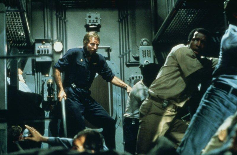 """Die """"Neptun"""" wird von einem Frachter gerammt. Captain Blanchard (Charlton Heston, M.), Bootsmann Fowler (Dorian Harewood, r.) und die übrige Crew müssen zunächst einmal Halt suchen. – Bild: ZDF und Stevan Larner"""