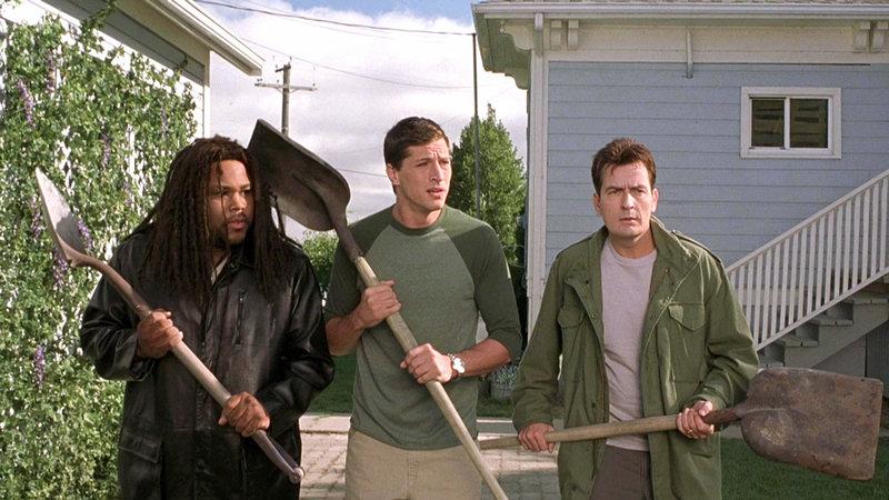 Mahalik (Anthony Anderson, li.), George (Simon Rex) und Tom (Charlie Sheen, re.) sind gewappnet... – Bild: RTL Zwei