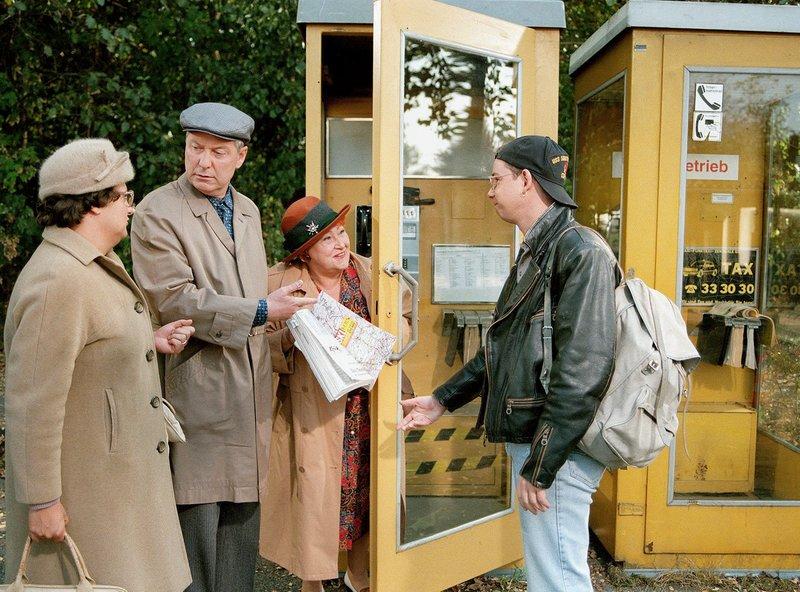 Nicht nur Familie Becker will telefonieren. Aber dafür hat Heinz (Gerd Dudenhöffer, 2.v.r.) kein Verständnis. Hilde Becker (Sabine Urig,l), Sohn Stefan (Gregor Weber,re). – Bild: SWR/SR/WDR