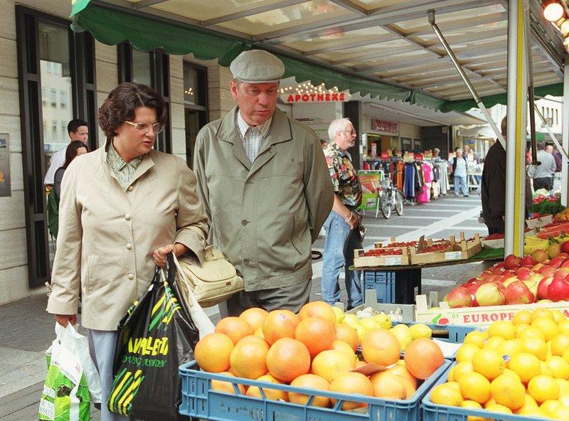 Heinz (Gerd Dudenhöffer) und Hilde (Sabine Urig) Becker machen einen Einkaufsbummel - noch ahnen sie nicht, dass Ihnen später Unheil bei der Aufzugfahrt bevorsteht ... – Bild: SWR/WDR/Diane Krüger