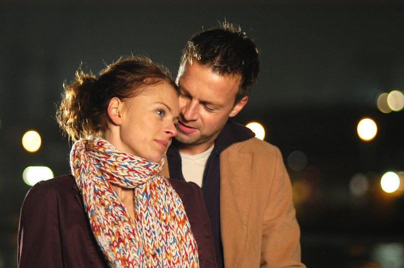 Wagen den Sprung ins kalte Wasser: Katrin (Isabell Gerschke, l.) und Markus (Michael Härle, r.) ... – Bild: ProSieben